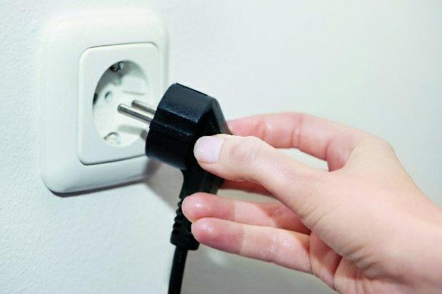 Wyłączanie drukarki z prądu.