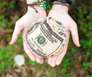 Fundacje wspierające eduakcję mogą przekształcić pieniądz w coś więcej. Źródło: Pixabay.com.