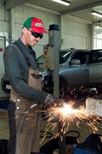 spawanie wykonywanie przez specjalistę zgodnie z BHP w warsztacie samochodowym