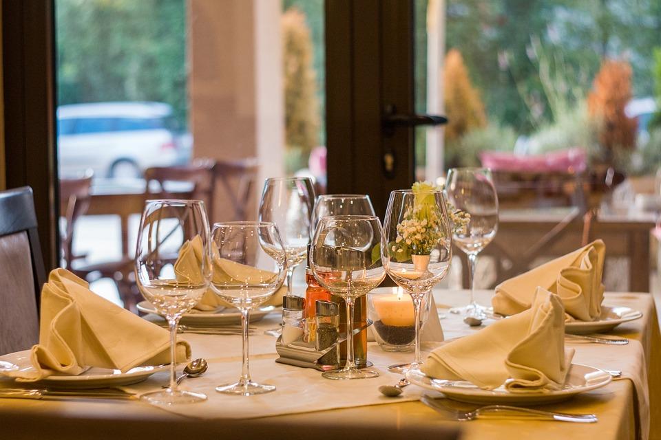 stolik w restauracji  z pełną zastawą